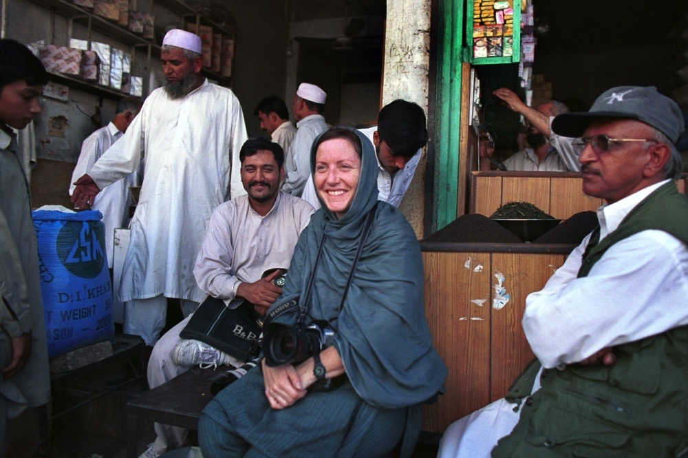 Ruth Fremson in Pakistan 2001.   Photo by Yunghi Kim